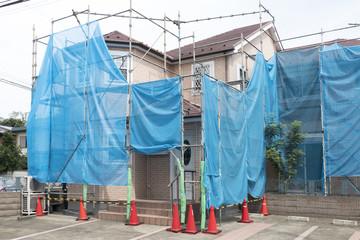 住宅 戸建て住宅建設現場 イメージ 足場 ブルーシート 外壁リフォーム