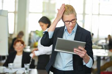 Geschäftsfrau erinnert sich mit Tablet PC