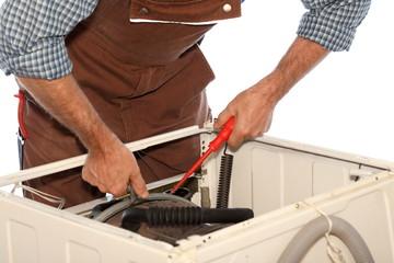 Handwerker arbeitet an Waschmaschine