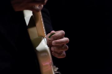 Ritratto di mano su assolo di chitarra