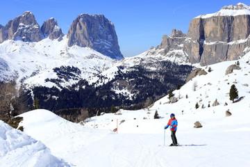 Junge beim Skifahren in den Alpen