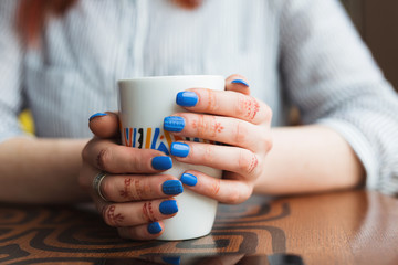 woman hands with coffe on a wood table