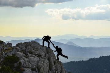 Foto op Aluminium Alpinisme sıradağların zirvesine tırmanan dağcılar