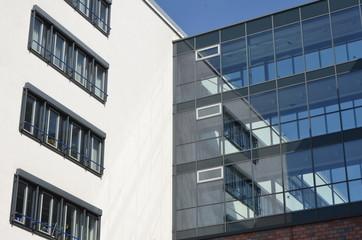 Poster de jardin Batiment Urbain Modern office building white and transparent facade