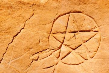 Pentagramm, eingeritzt in roten Sandstein