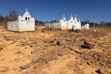 Einsamer alter Friedhof in der Caatinga von Brasilien