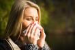 junge blonde Frau mit Taschentuch