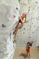 Spaß haben beim auspowern an der Kletterwand