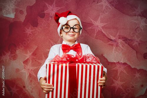 kind tr gt geschenk zu weihnachten stockfotos und. Black Bedroom Furniture Sets. Home Design Ideas