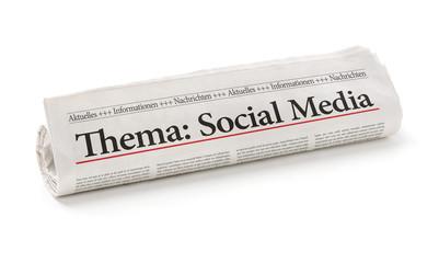 Zeitungsrolle mit der Überschrift Social Media