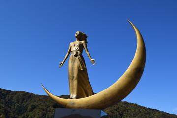 月の女神 / 朝日山系を源とする梵字川、また霊峰月山から流れる田麦川を源流とする寒河江ダムの完成により、新たに「あさひ月山湖」が山形県に誕生しました。人々を潤すダムの守り神として湖畔に姿を現した「月の女神」を撮影した写真です。