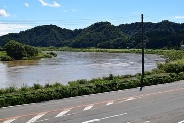日本三大急流 最上川 / 山形県内の源流から河口まで流れる日本三大急流の一つ、最上川を撮影した写真です。一つの都府県のみを流域とする河川としては、延長229kmと国内最長の河川です。撮影当日は前日の大雨により増水し濁っていました。