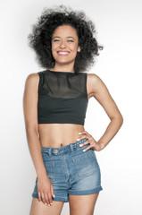 Obraz kobieta z afro, patrzy w obiektyw, usmiechnięta, radosna - fototapety do salonu