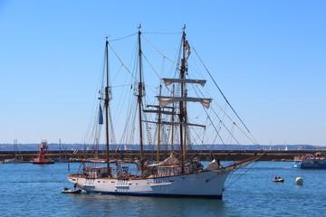 Voilier de retour au port de Brest