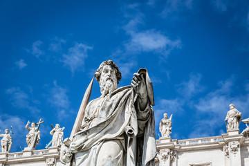 Statue vor blauem Himmel vor dem Petersdom