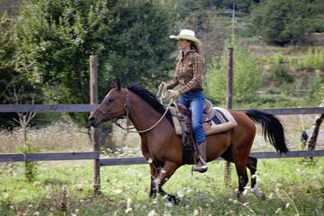 bella ragazza su cavallo al galoppo