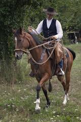 giovane cavaliere a cavallo