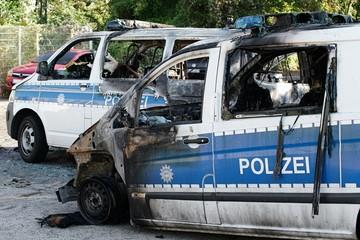 verbrannte Polizeiautos nach einem Brandanschlag in der Innenstadt von Magdeburg am 08.September 2016.