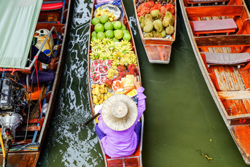 Damnoen Saduak floating market, The famous attractions of Ratchaburi. Launched to the world as the source. The first tour since 2510.