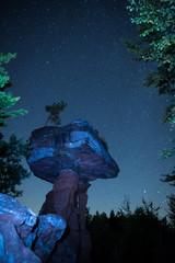 Felsformation Teufelstisch angeleuchtet in der Nacht