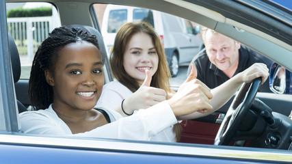Fahrschülerinnen im Auto motivieren