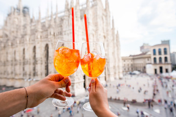 Autocollant pour porte Milan Clinking glasses of spritz aperol drink on the main square with Duomo cathedral on the background in Milan city