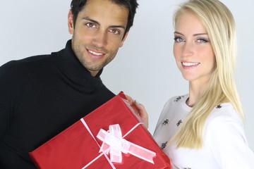 Jeune couple s' offrant un cadeau