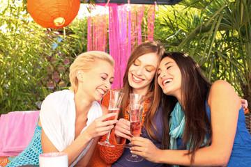 Junge Frauen beim Mädelsabend stoßen mit Sekt an