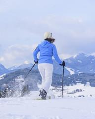 Ausflug in verschneiter Landschaft mit Schneeschuhen