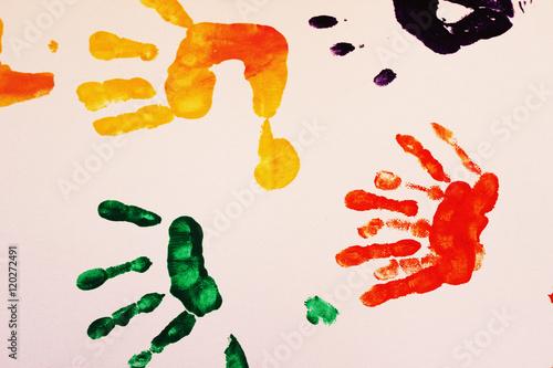 peinture mains enfants couleur rouge vert orange