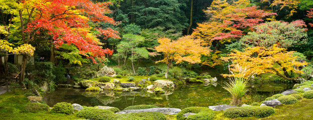 Japanischer Landschaftsgarten im Herbst