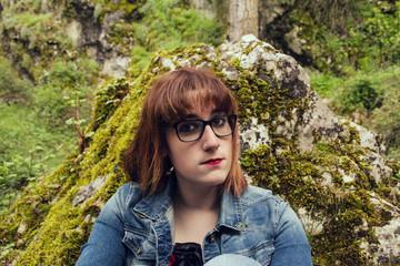 Chica adolescente de excursión por la naturaleza