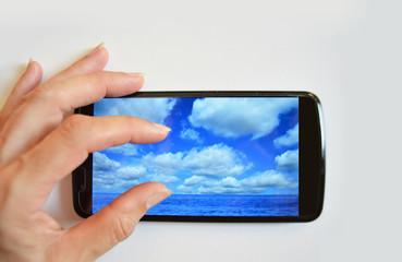 Smartphone, aumentando imagen, fotografía, foto, teléfono móvil, mano de mujer, fondo blanco, dedos de la mano
