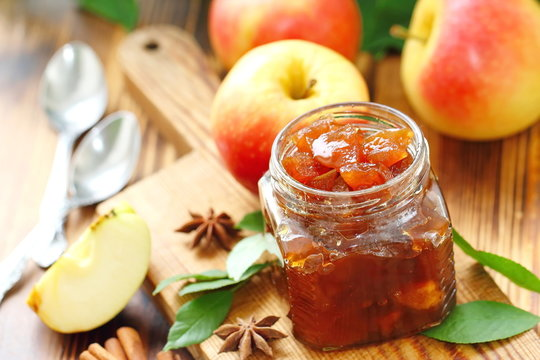 Apple jam with spices