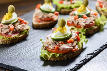 sandwich with tuna and tomato