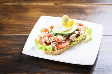 sandwich with tuna and tomato