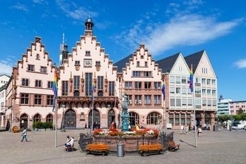 Frankfurt am Main, der Römer. Mittig der Gerechtigkeitsbrunnen. (Juli 2016)