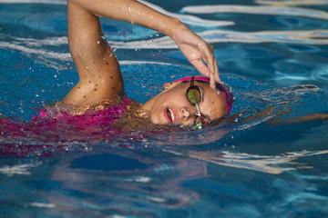 Nadadora profesional en piscina abierta en estilo libre