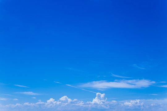遠くに積乱雲の見える青空