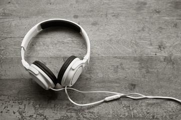 Casque audio blanc sur table en vieux bois