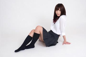 女子高校の制服を、女性モデルが来ています。モデルは成人です。写っている制服は、夏服です。