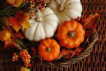 かぼちゃを飾った籠