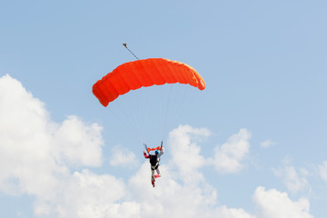 Paracadutista in atterraggio