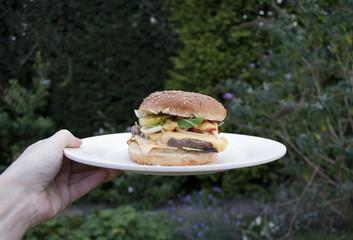 Recess Fitting Grocery buiten eten, huisgemaakte hamburger met kaas van de barbecue