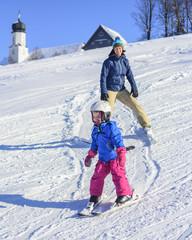 kleines Mädchen lernt Skifahren