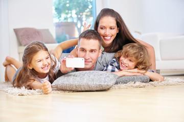 Familie mit zwei Kindern hat Spaß und macht Selfie