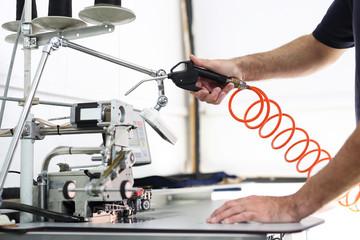 Zakład produkcyjny, czyszczenie maszyny do szycia