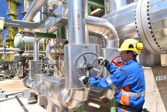 Arbeiter in einer Erdöl - Raffinerie // Workers in a petroleum - refining