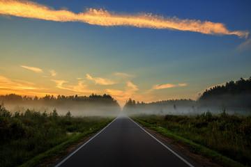 Дорога, уходящая в туман на закате