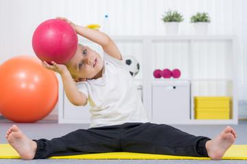kind macht übungen mit dem ball